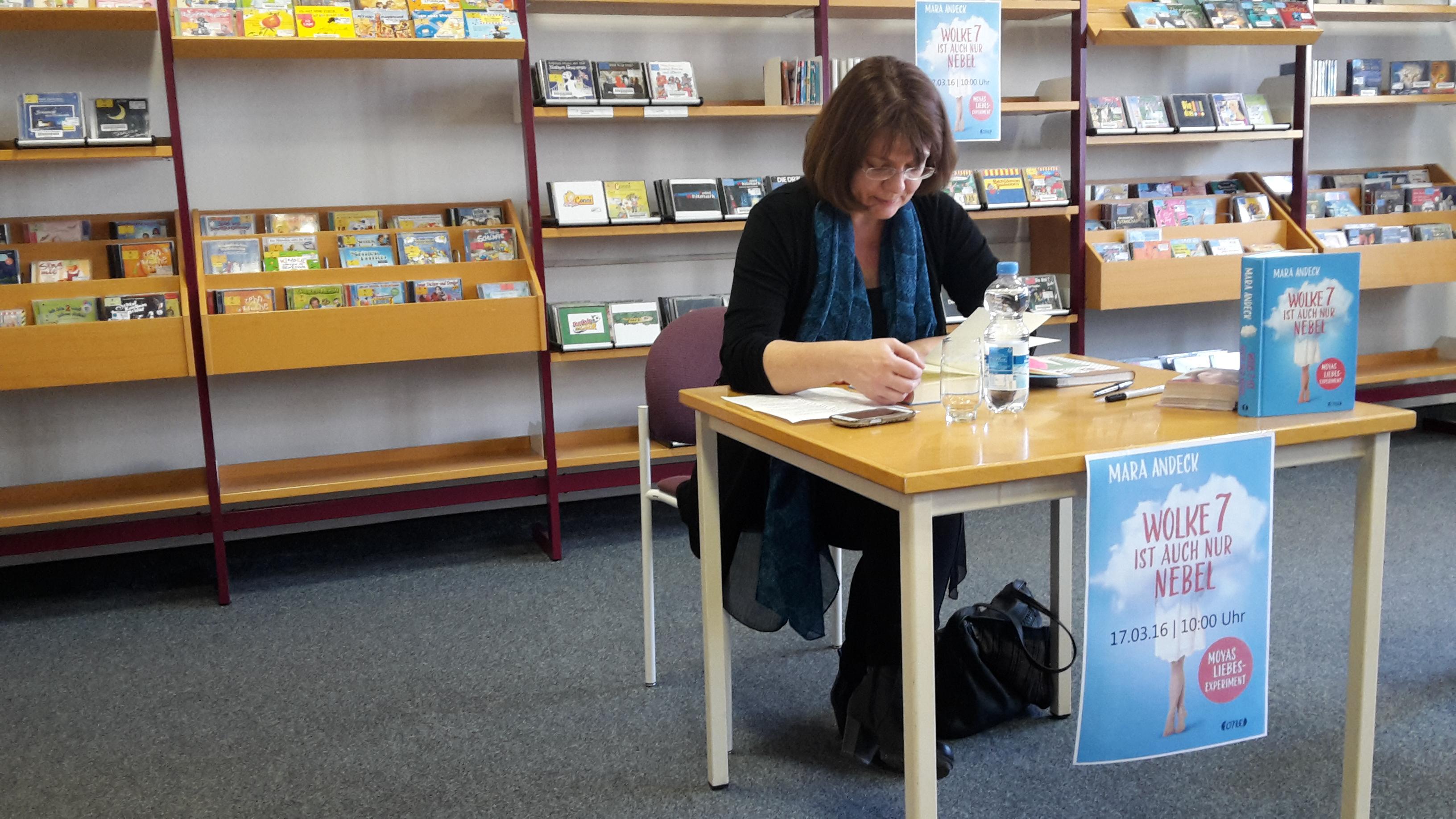 Mara Andeck liest aus Wolke 7 ist auch nur Nebel. © Daniela Göckeritz