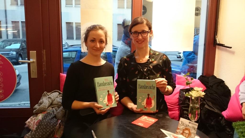 Autorin Stephanie Quitterer und Moderatorin Stefanie Schill im Café Mintastique. © Vanessa Gattermann