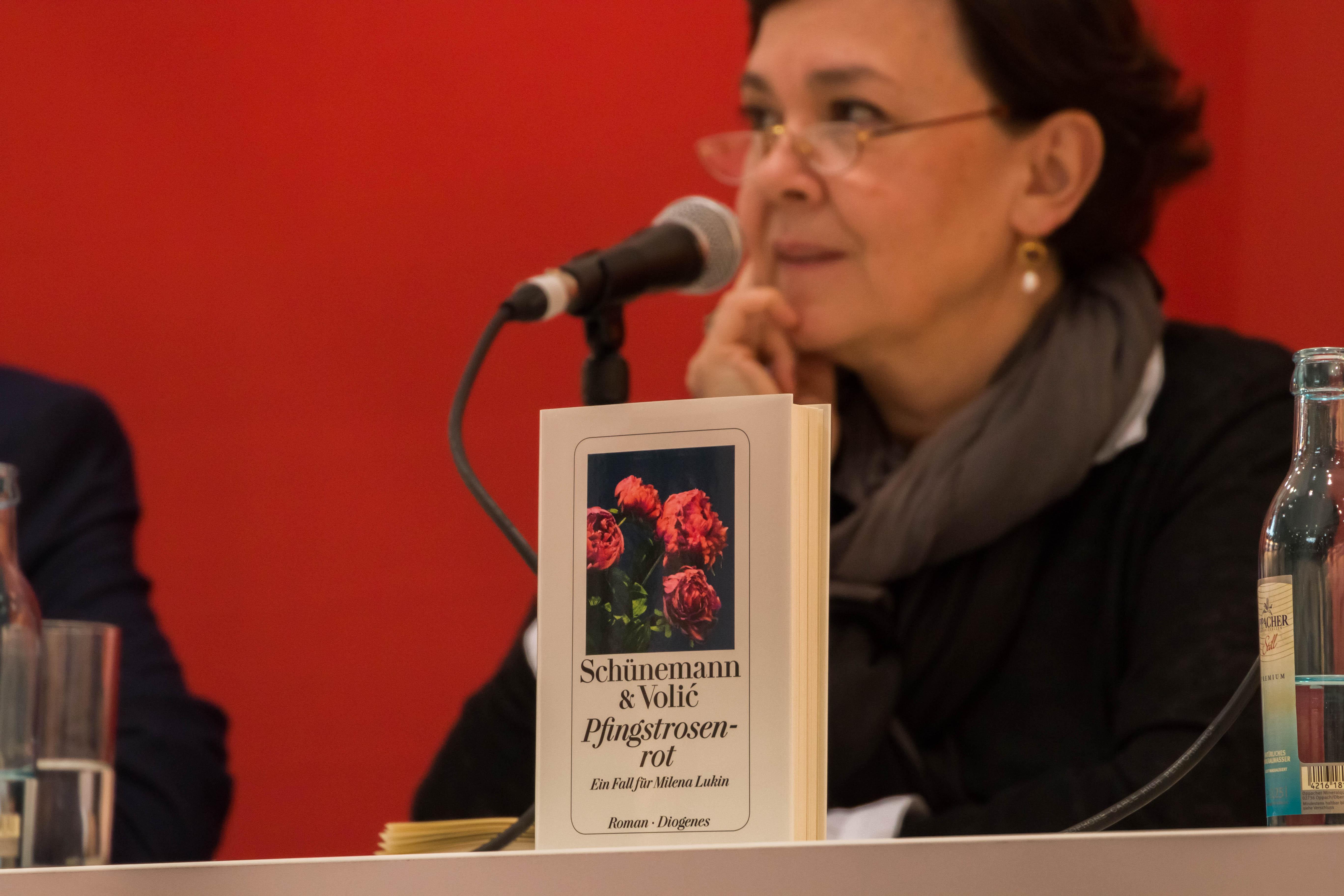 Der neue Roman »Pfingstrosenrot«, im Hintergrund Jelena Volić. © Tobias Polze, www.facebook.de/digitalfototobi