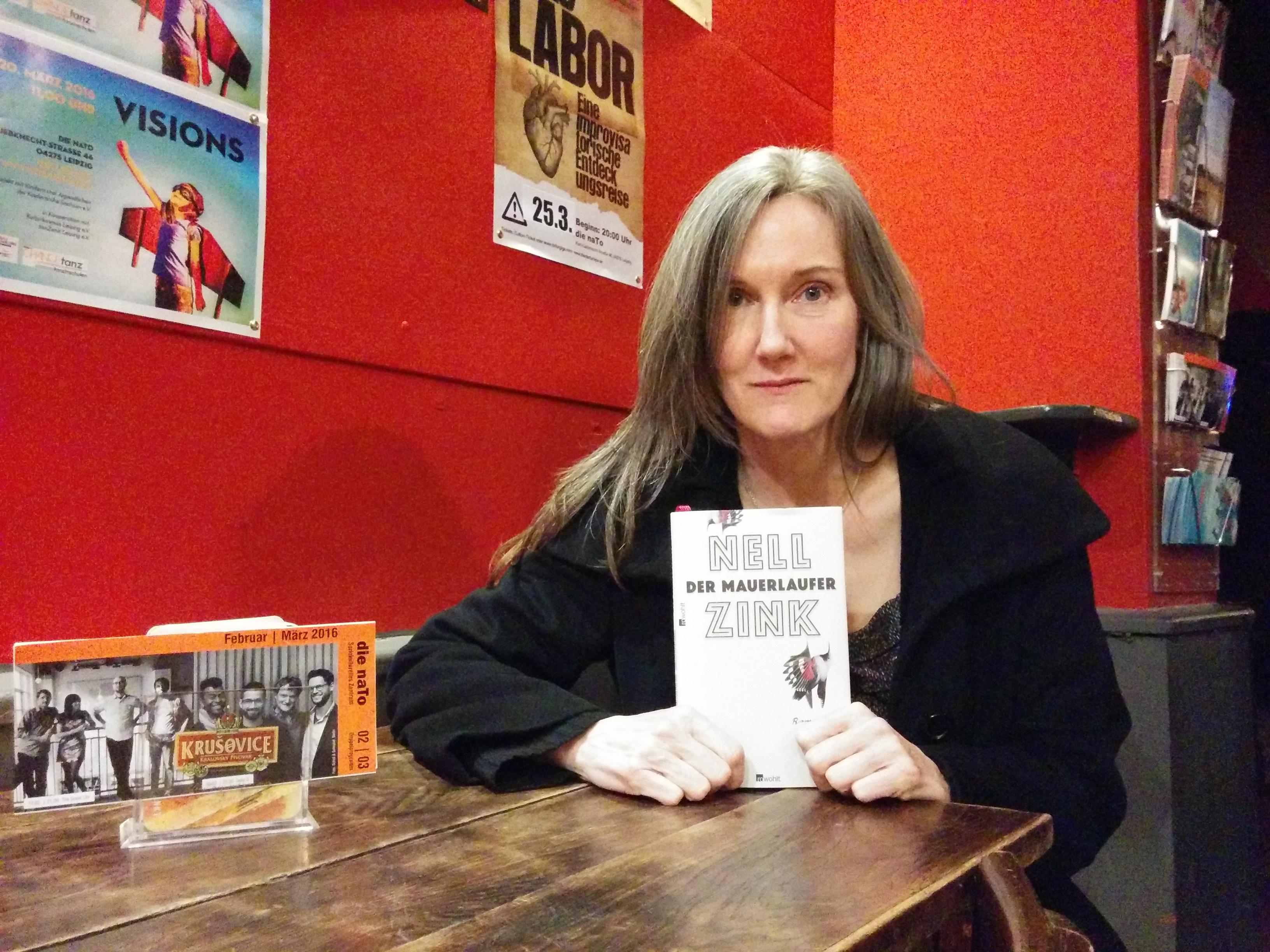Nell Zink mit ihrem Debütroman »Mauerläufer«. © M. Kru