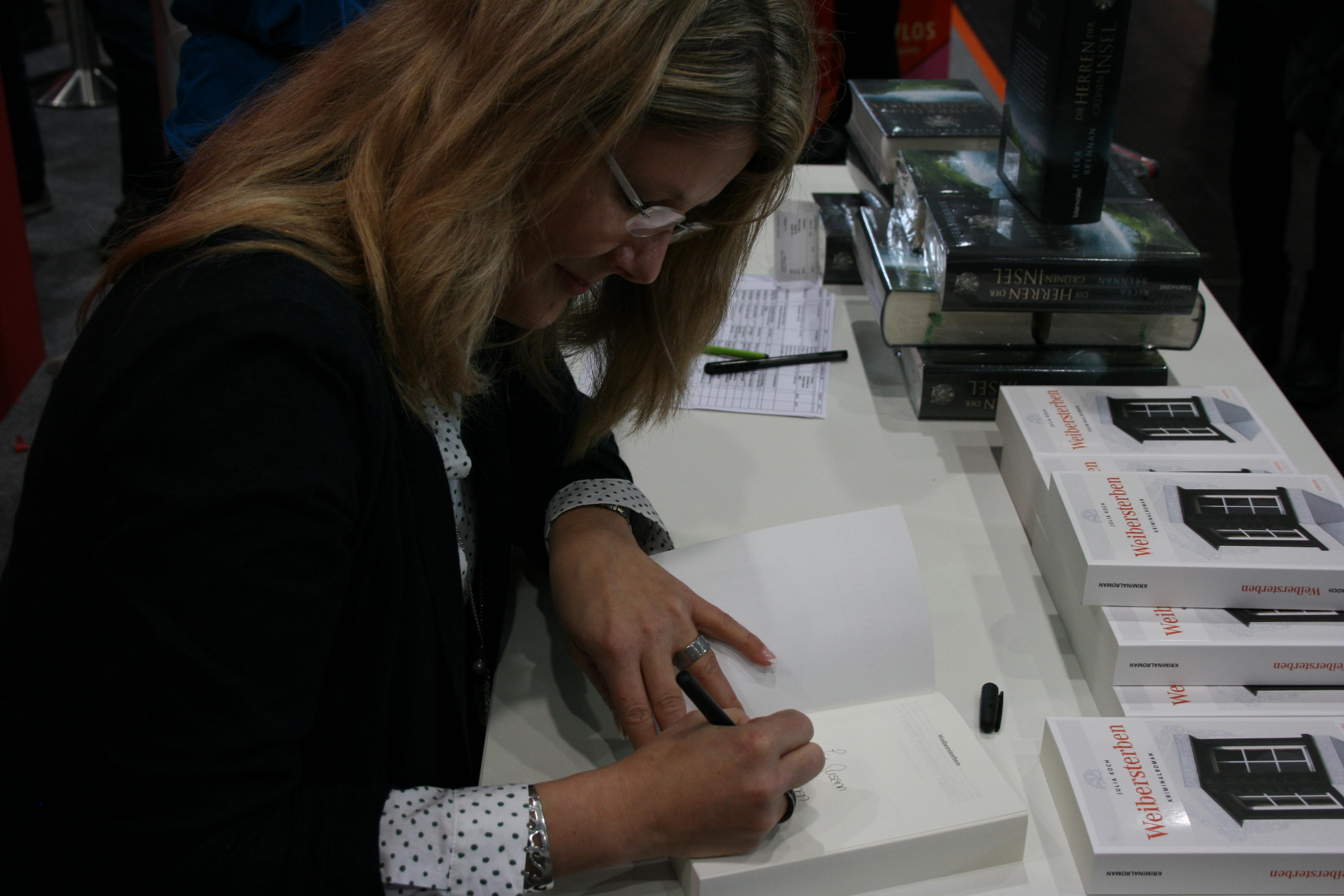 Julia Koch beim Signieren. © Susann Malik