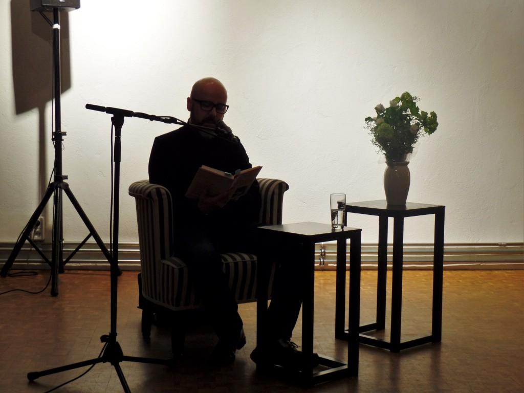 : Raymond Unger im Scheinwerferlicht – Bild von der Lesung. © Elisabeth Leisker