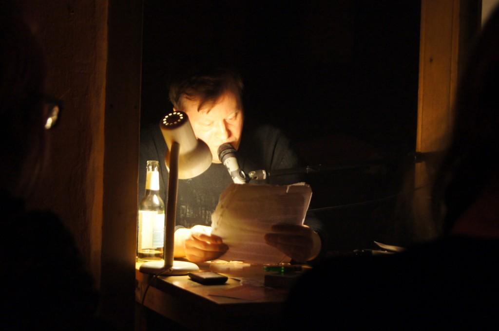 Dirk Bernemann liest im Fischladen. © Julie S. Schöttner