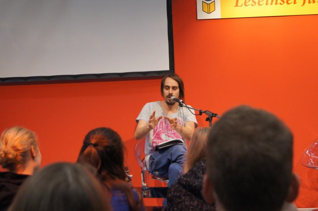 Andy Strauß auf der Bühne der Leseinsel. © Julie S. Schöttner