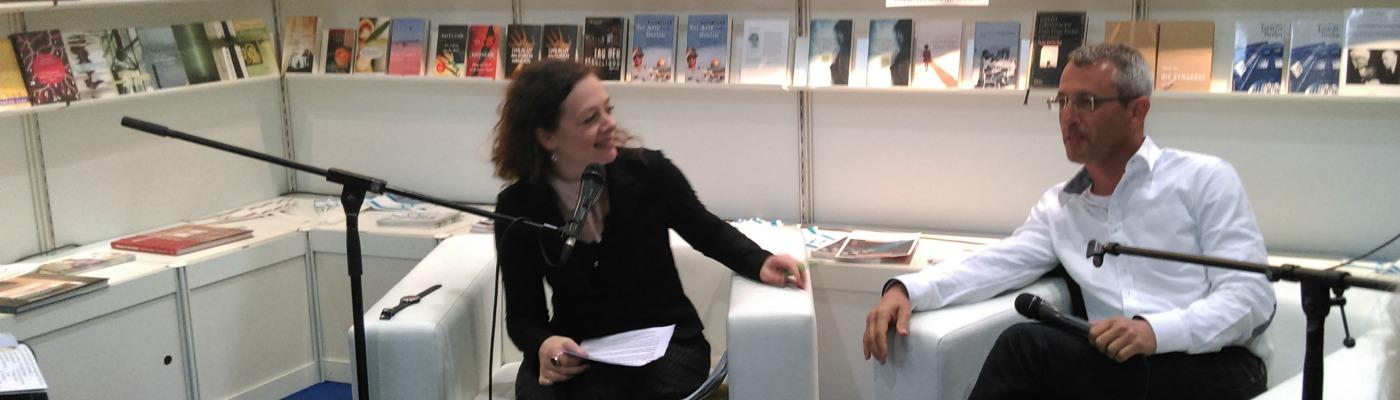 Moderatorin Shelly Kupferberg und Eshkol Nevo (von links) © Sarah Schlapper