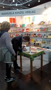 Der junge Autor beim Geben eines Autogramms. © Anna-Sophia Schmidt/Messe Leipzig