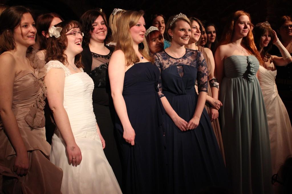 Valentina Fast und Fans im Abendkleid. © Marie Schottstedt
