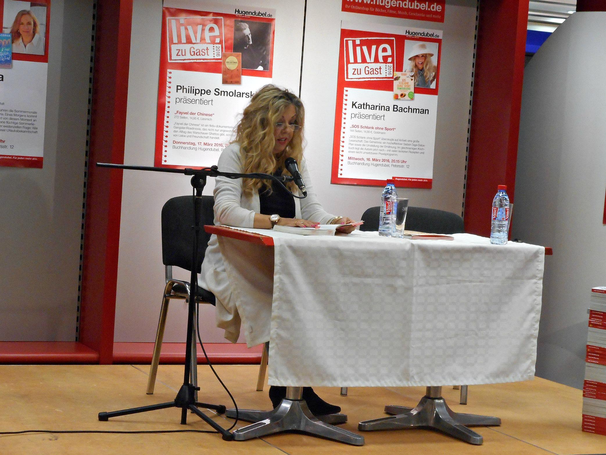 Katharina Bachman liest aus »SOS Schlank ohne Sport«. © Laura Winkelmann