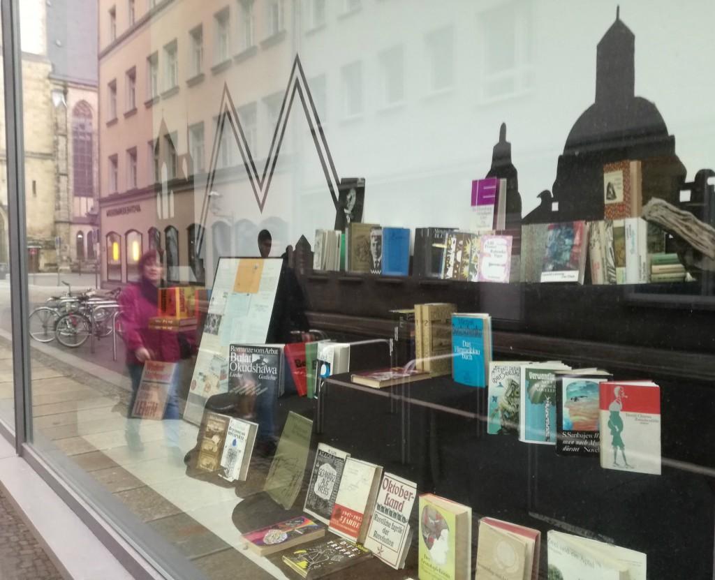 Die neuste Cityausstellung der Leipziger Buchwissenschaft entsteht gerade: »Fenster zur Welt: Internationale Literatur in der DDR aus dem Verlag Volk und Welt«. © Leipziger Buchwissenschaft