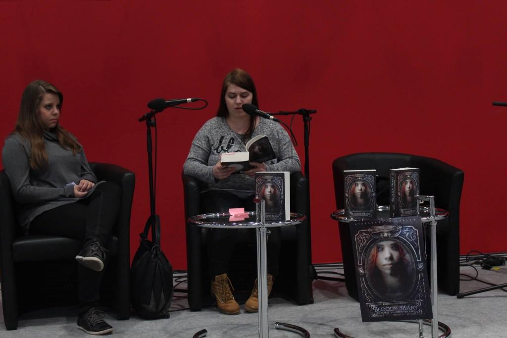 Autorin Nadine Roth (rechts) mit Freundin auf der Fantasy Leseinsel. © Lucienne Buchmann