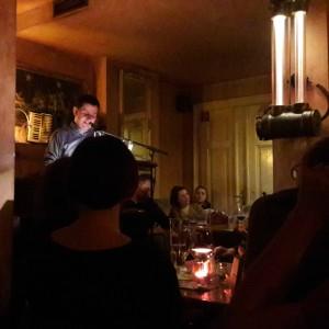 Moritz Netenjakob liest im gut gefüllten Café Puschkin. © Madeleine Kardetzky