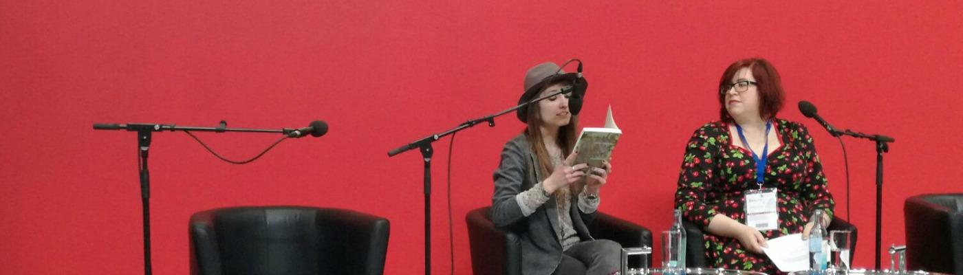 Beitragsbild: Herausgeberin Katharina Bode (links) und Jenny Wood. © Dana-Jane Kruse