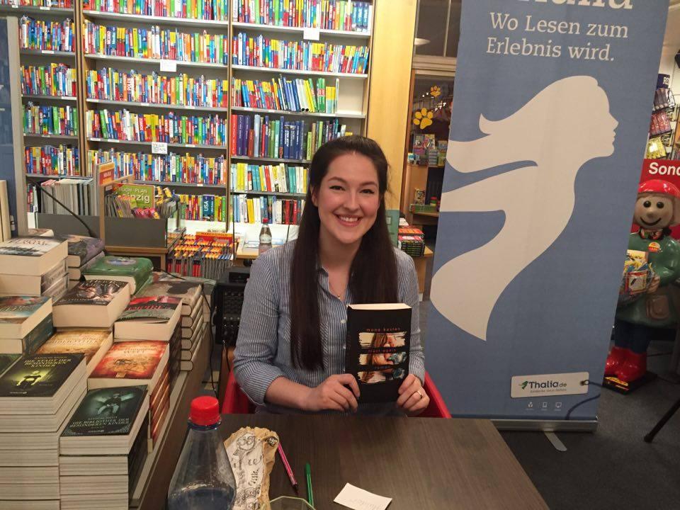 Mona Kasten mit ihrem Roman »Trust Again« © Maria-Louise Nitschke