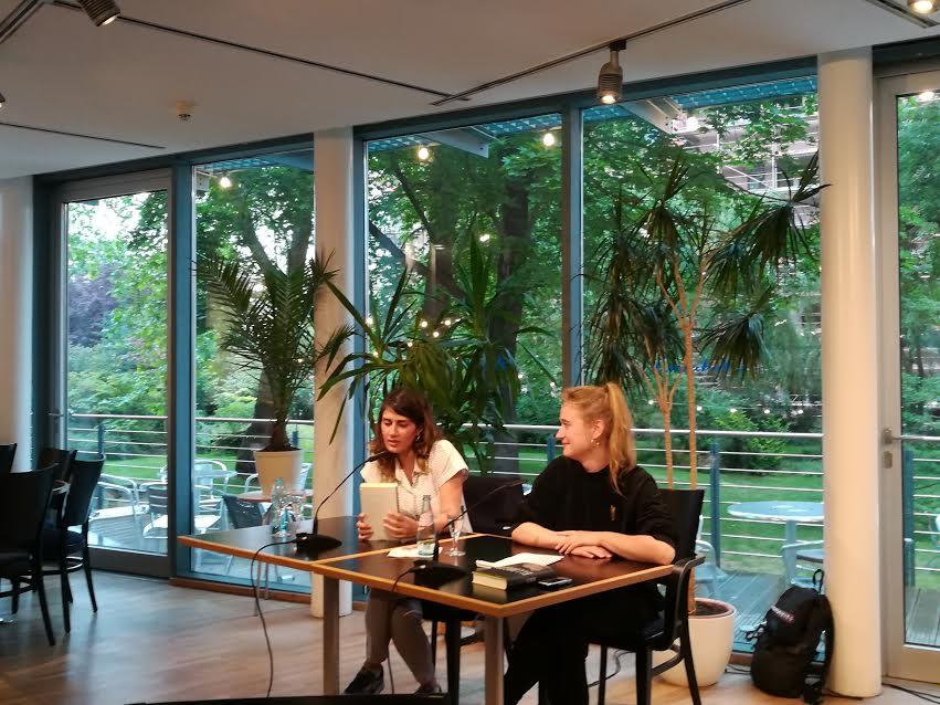 Fatma Aydemir (links) und Ulrike Feibig (rechts) im Gespräch. © Clara Hagedorn