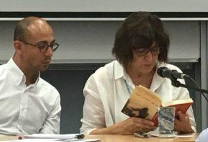 Dolmetscher Walid Abdaljawad (links) hört der Autorin Iman Humaidan (rechts) dabei zu, wie sie aus ihrem Buch liest. © Melanie Hirsch